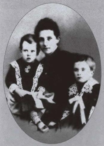 Жена Маргарет с сыновьями Александром Владимиром