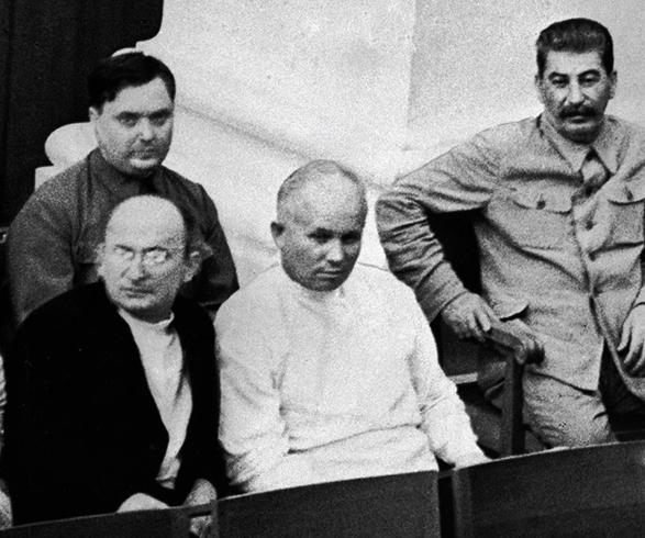 Л. Берия Н. Хрущев, И. Сталин в первом ряду и Г. Маленков во втором во время заседания совета Союза и Совета Национальностей (1934)