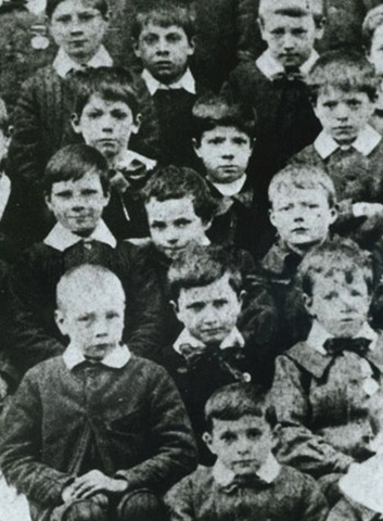 Семилетний Чаплин (в центре, слегка наклонившись) в районной школе для бедных в Центральном Лондоне, 1897 год