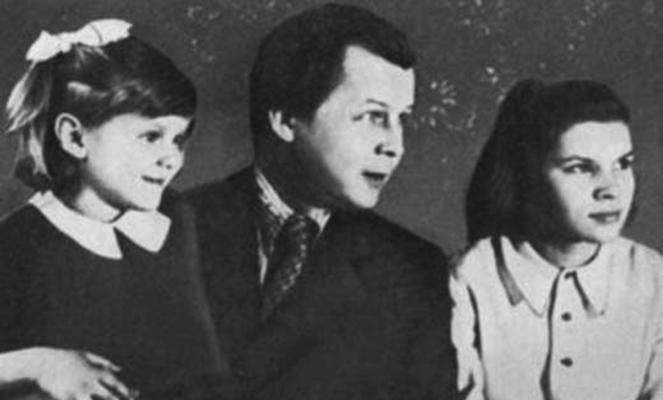 Александр Твардовский с дочерьми