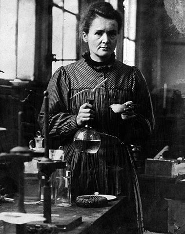 Мария Кюри за работой