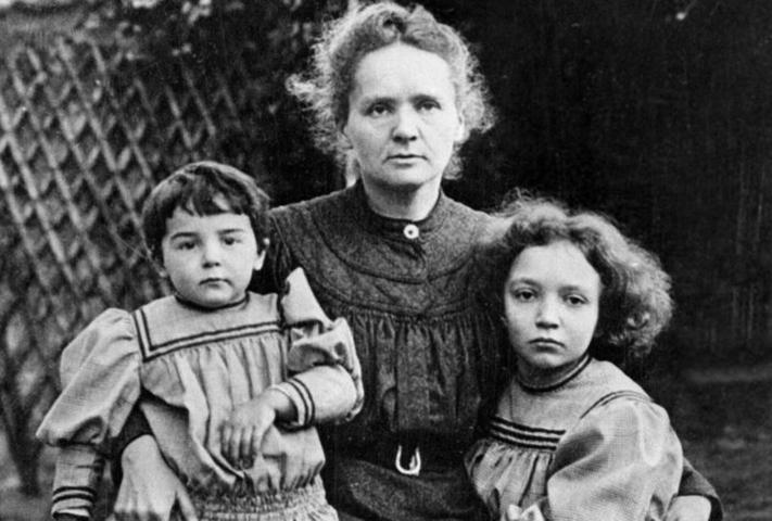 Мария Кюри с дочерьми