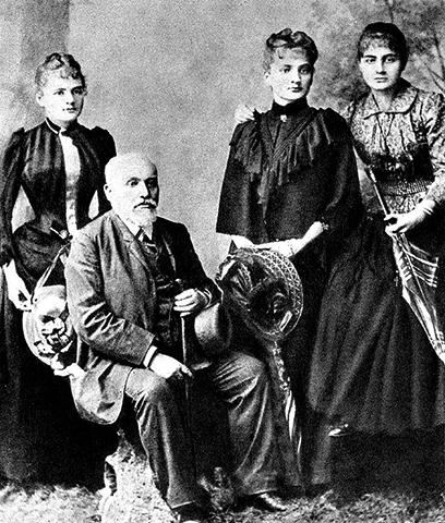 Владислав Склодовский с дочерьми (слева-направо): Мария, Бронислава, Хелена (1890)