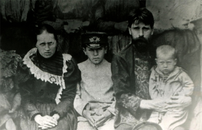 Сергей Клычков (в фуражке) с семьей в детстве
