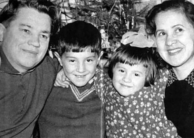 С родителями и сестрой в детстве