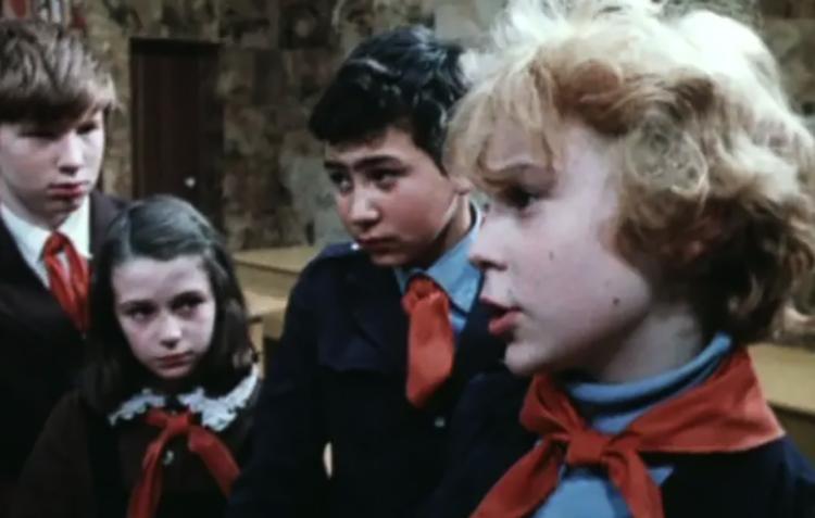 Оксана Фандера (вторая слева) в фильме «Приключения Электроника» (1979)