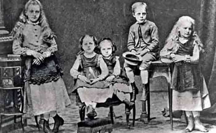 Слева-направо: Зофия, Бронислава, Мария, Юзеф, Хелена