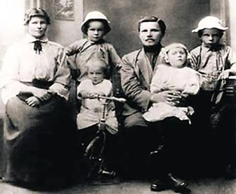Александр (крайний справа) с семьей в детстве