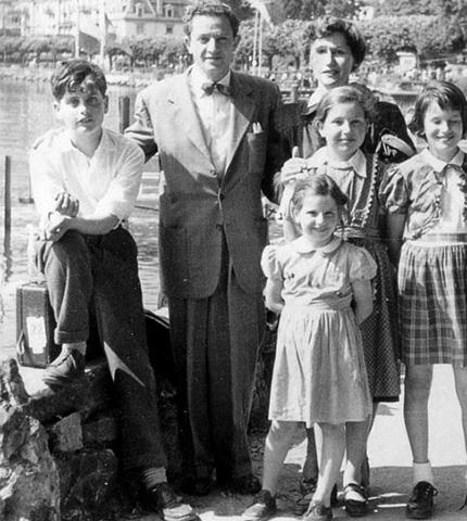 Джо Дассен (слева) с семьей в юности