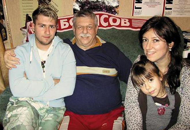 С сыном, дочерью и внуком