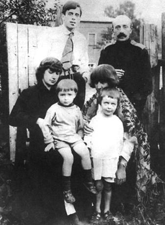 А. Цветаева с сыном Андреем (слева), М. Цветаева с дочерью Алей, С. Эфрон и М. А. Минц — сзади (1916)