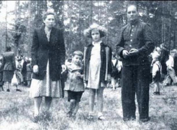 Савелий Крамаров (второй слева) с родителями и сестрой