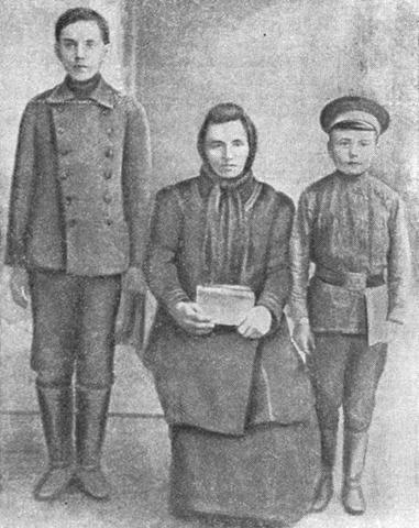 Николай Островский (справа) с матерью и братом