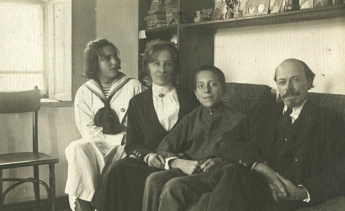 Михаил Нестеров со второй женой Екатериной и детьми Натальей и Алексеем