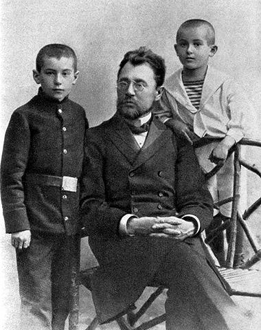 Пётр Васильевич с детьми Валентином (слева) и Евгением