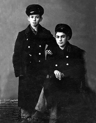 Павел Луспекаев (справа) в ремесленном училище с товарищем