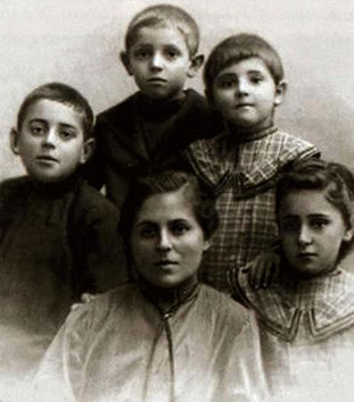 Ольга Евгеньевна с детьми Павлом, Федором, Надеждой, Анной (1905)