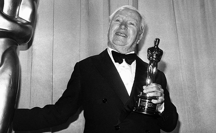 Чарли Чаплин с Оскаром