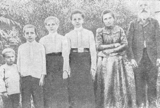 Николай Островский (слева) с семьей в детстве (1908)