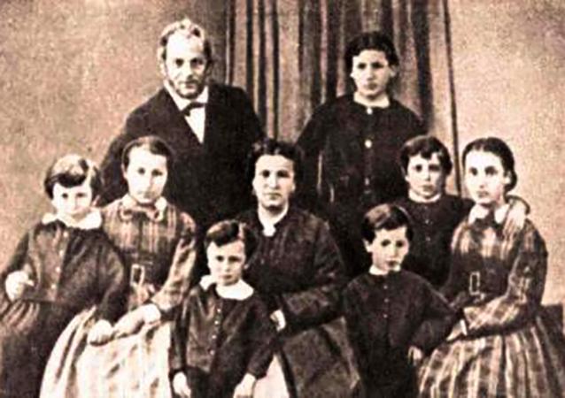 Николай Леонтьевич и Камилла Альбертовна с детьми