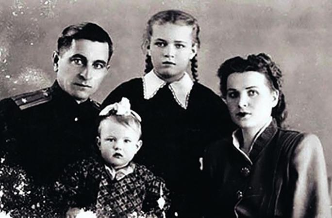 Людмила Чурсина с родителями и младшей сестрой