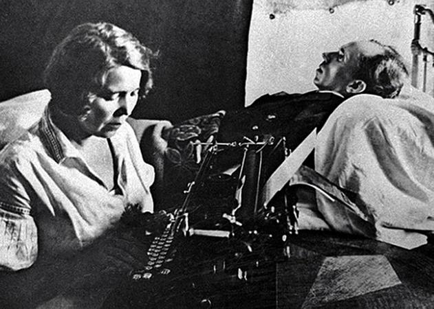 Жена Раиса печатает текст под диктовку