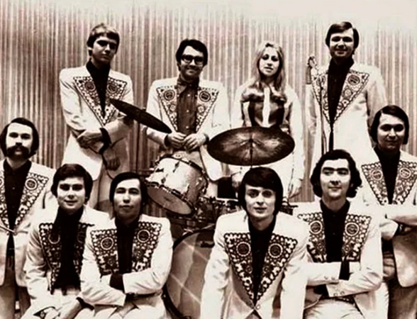 Юрий Петерсон (снизу, третий справа) в составе ВИА «Самоцветы»