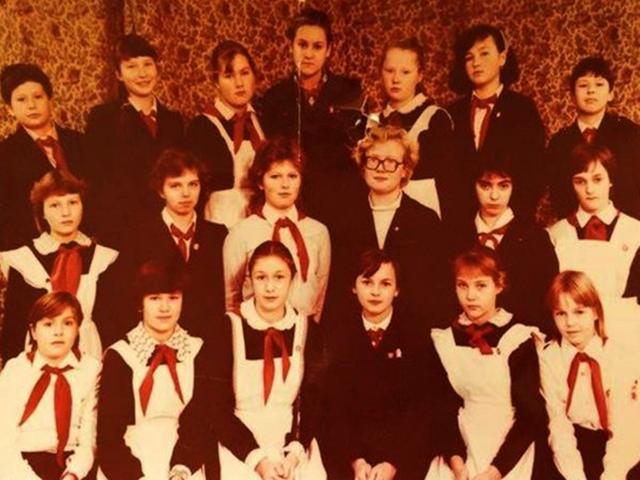 Ева Польна (в верхнем рядм, третья слева) в школе