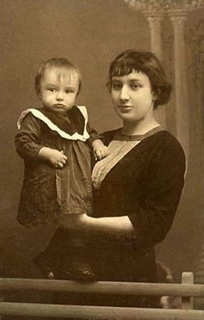 С сыном Андреем (1913)