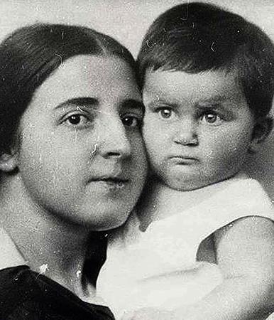 С сыном Василием (1923)