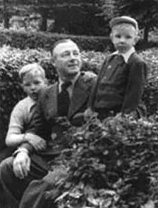 С сыновьями Николаем и Владимиром (1949)