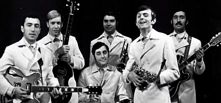 Юрий Петерсон (второй справа) в составе ВИА «Веселые Ребята»