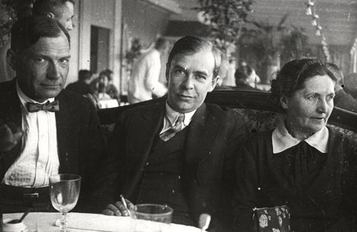 Е. Замятин, В. Ключарев и Л. Замятина в ресторане гостиницы «Европейская»