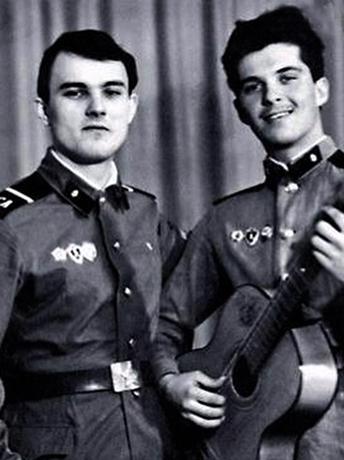Олег Харитонов (справа) в армии (1985)