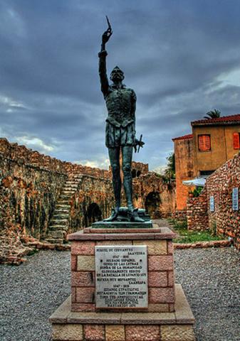 Статуя Мигеля де Сервантеса в гавани Наупактус (Лепанто)