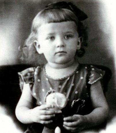 Алла Сурикова в детстве