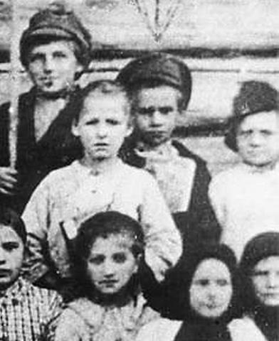 Павлик Морозов (в фуражке, в центре) с одноклассниками, слева — двоюродный брат Данила