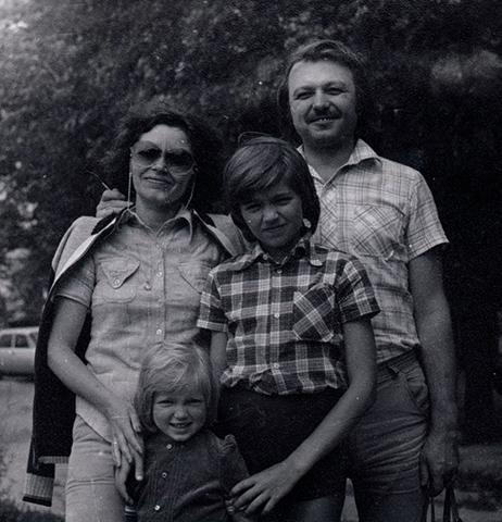 С родителями и братом в детстве
