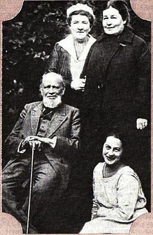 А.Ф. Кони и Л.П. Лансере (сидят) и Е.В. Пономарева и Л.Ф. Граматчикова-кони (стоят)