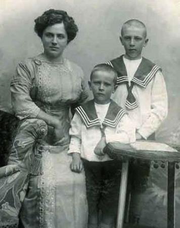 С мамой Верой Семеновной и братом Михаилом (в центре)