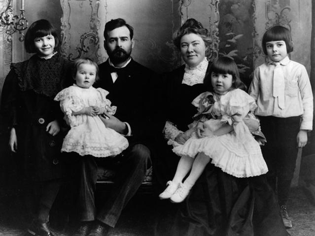 Семья Хемингуэев в 1905 году (слева направо): Марселлин, Санни, Кларенс, Грейс, Урсула и Эрнест
