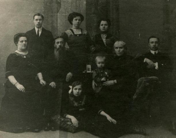 Семья Толбухиных. Федор — первый слева сверху