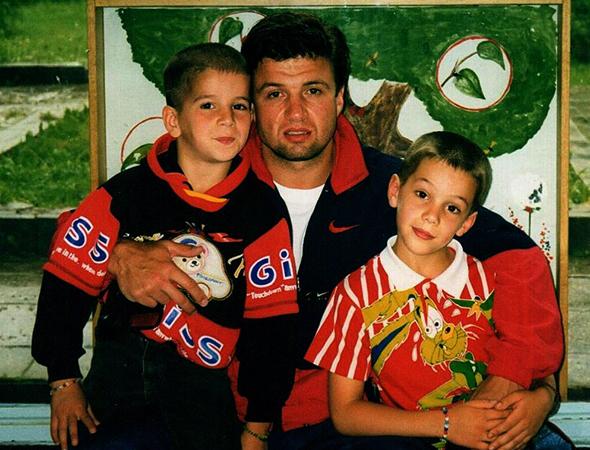 С отцом и братом в детстве