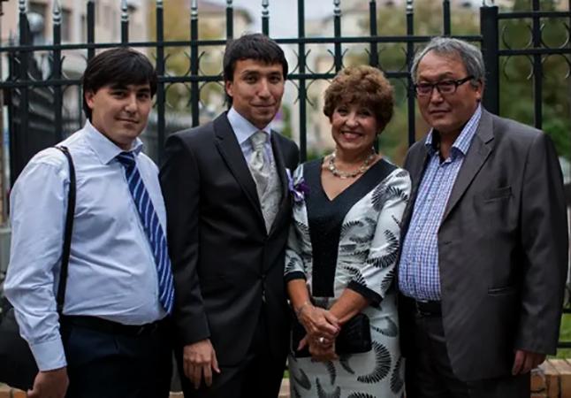 С братом и родителями