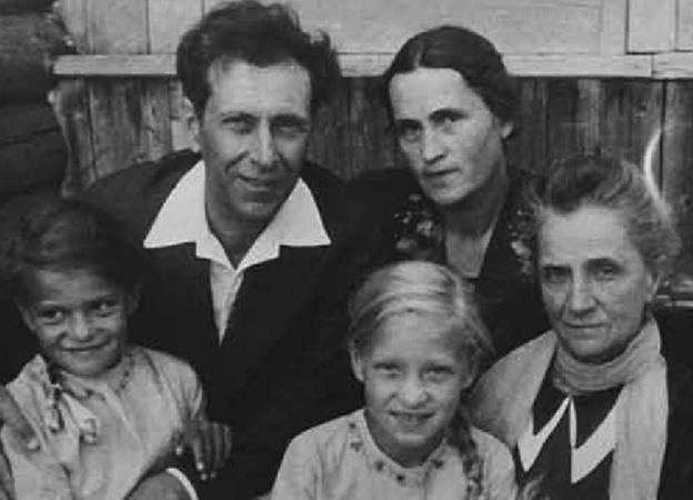 С женой, мамой и детьми