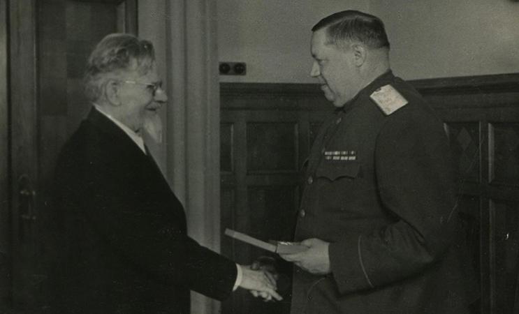 М.И. Калинин вручает Ф.И. Толбухину Маршальскую звезду
