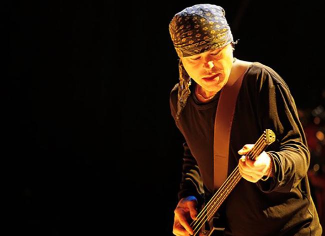 Валентин Лезов с гитарой