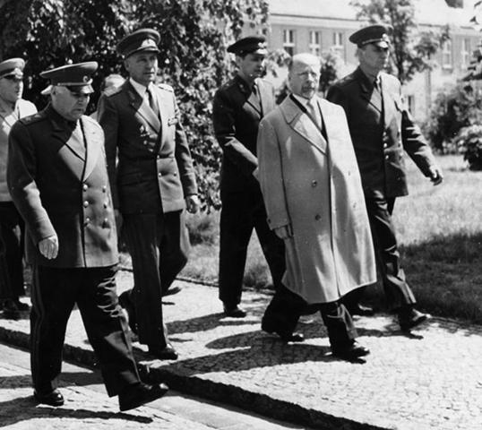 Родион Малиновский, руководитель ГДР Вальтер Ульбрихт и министр обороны Хайнц Гофман (1961)