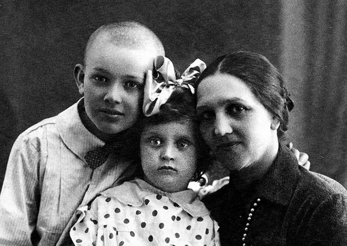 С мамой и братом (1931)