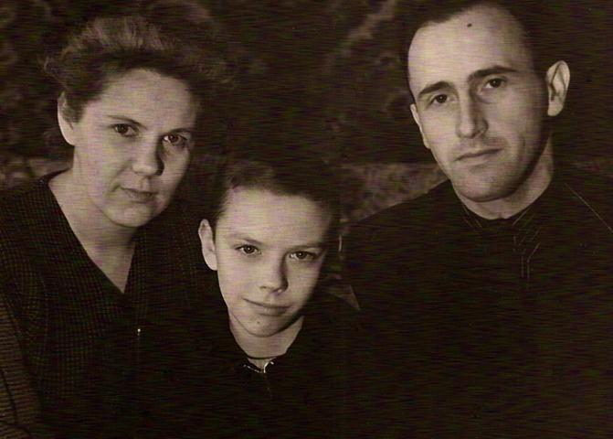 С мамой и отчимом